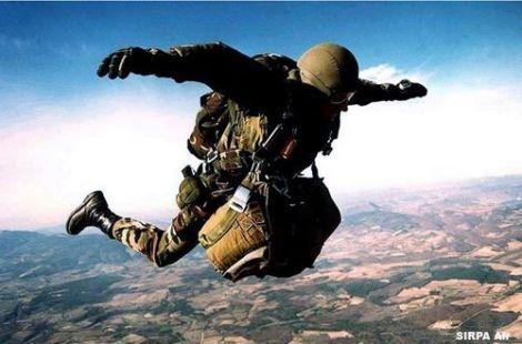 parachutiste_en_premiere_phase_de_saut+$5B$5D
