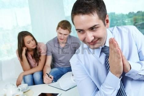 14437106-mal-agent-immobilier-etant-heureux-de-refiler-un-contrat-faux-a-ses-clients